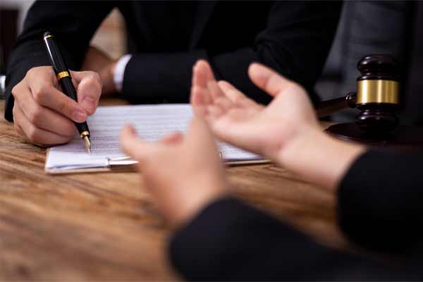A person meeting with an attorney to discuss mediating their injury claim.